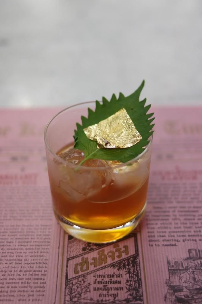 Golden Gimletという名に惹かれてオーダーしたら、大葉に金箔。飲み方分からん。