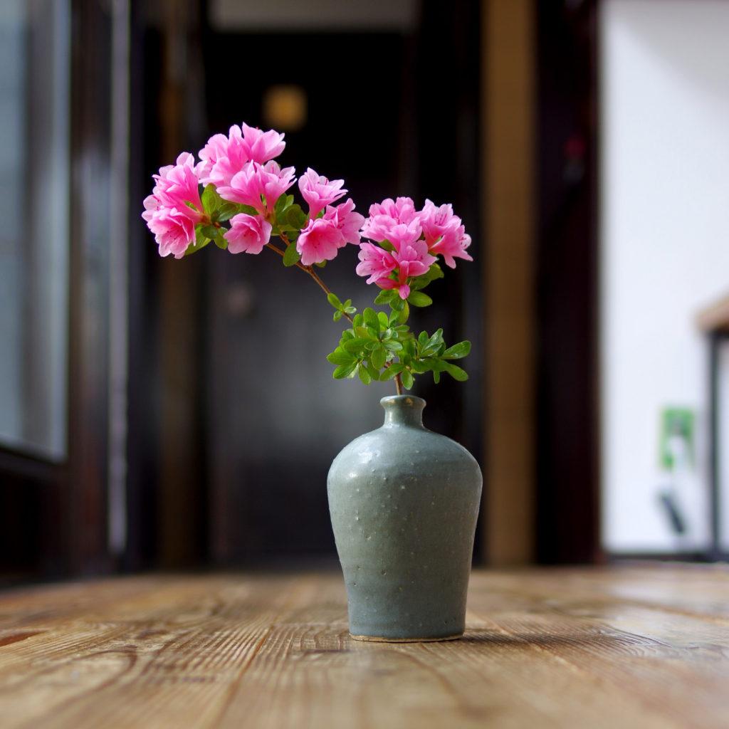 ツツジと青鼠色花瓶